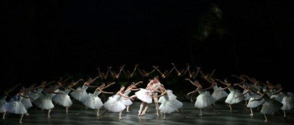 Nicoletta Manni Timofej Andrijashenko e il corpo di ballo ph Brescia e Amisano Teatro alla Scala .