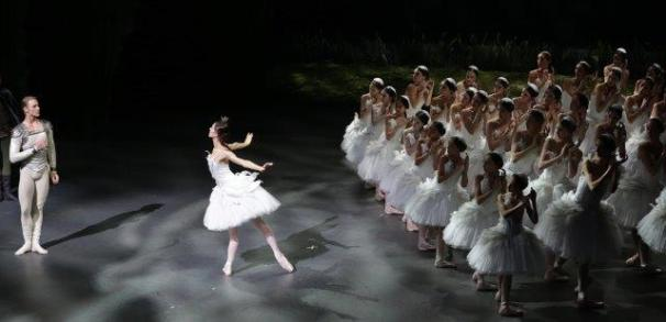 Nicoletta Manni Timofej Andrijashenko e il corpo di ballo ph Brescia e Amisano Teatro alla Scala